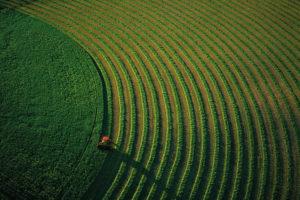 Tracteur dans un champ près de Bozeman, Montana, Etats-Unis (N 45°40'-O 111°02'). photo Yann Arthus-Bertrand