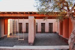 Cour et façade Nord de l'école maternelle bioclimatique d'Aknaibich, au Maroc © Kristel Pelliet