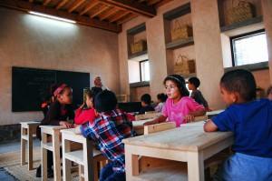 Elèves en classe dans l'école maternelle bioclimatique d'Aknaibich, au Maroc © Kristel Pelliet