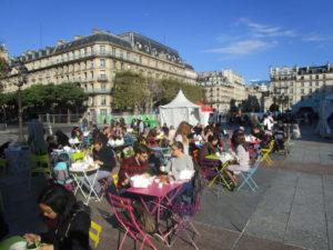 Les convives en plein brunch anti-gaspi sur le parvis de l'Hôtel de Ville de Paris (c) Fondation GoodPlanet