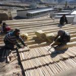 Installation méticuleuse des taloos (petites branches de saules) qui seront visibles sur les plafonds intérieurs du bâtiment © Estelle Delahaye-Panchout