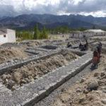 Les sous-bassements en pierre sèche mis en place pour absorber l'énergie sismique par friction © Estelle Delahaye-Panchout