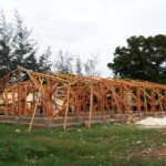 Mise en place de la structure bambou de l'école © Fondation GoodPlanet