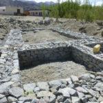 Les fondations en pierre sèche mises en place pour absorber l'énergie sismique par friction © Estelle Delahaye-Panchout