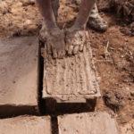Fabrication d'adobes (briques de terre crue) © Fondation GoodPlanet