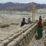 Les murs de brique de terre crue sont doublés © Estelle Delahaye-Panchout