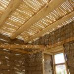 La toiture composée de poutres de peupliers et de « talous » (petits bois de saule) qui permettent de retenir la terre qui sera ajoutée ensuite au-dessus © Estelle Delahaye-Panchout
