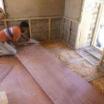 Le sol de la classe est isolé, tout comme les murs et le plafond, par de la sciure de bois, avant d'être recouvert d'une couche de contreplaqué © Estelle Delahaye-Panchout