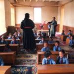 Les enfants en classe, sagement assis à la mode ladakhie sur leur tapis, avec leurs 2 maîtresses de maternelle © Marie Sarrazin
