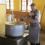 Préparation du repas dans un internat © Fondation GoodPlanet