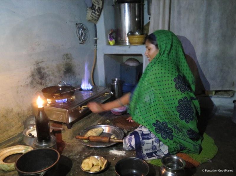 Le-programme-de-terrain-Action-Carbone-Solidaire-de-la-Fondation-GoodPlanet-en-Inde-energie-propre-dans-les-foyers-ruraux-en-Inde-carre-ACS-e1554367410331