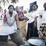 Femmes qui transforment les coquillages