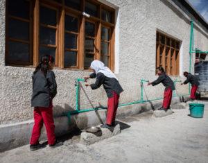 Enfants qui se lavent les mains