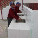 Des enfants se lavent les mains